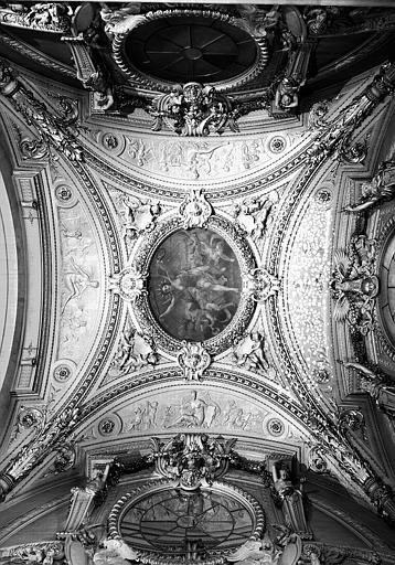 Escalier Mollien, plafond avec écoinçons : La Gloire (peinture centrale), l'Architecture, la Peinture, la Gravure et la Sculpture (bas-reliefs)