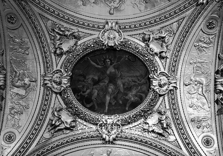 Escalier Mollien, partie centrale plafond : La Gloire (peinture centrale), la Gravure et l'Architecture (bas-reliefs nord et sud)