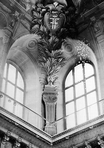 Salle Denon, voussure à l'angle nord-est du plafond : Buste de Jean Goujon