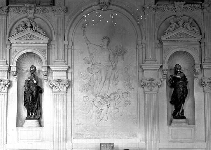 Cabinet des Dessins du pavillon de Flore, salle de lecture (ancien escalier d'honneur) : Flore (bas-relief) et deux statues de musiciennes situées de part et d'autre