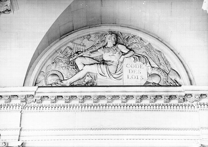 Escalier du Midi, bas-relief de la lunette : La Force
