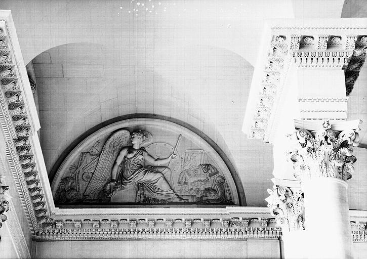 Escalier du Midi, bas-relief de la lunette : La Victoire