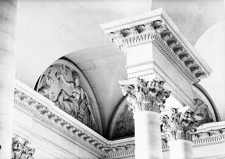 Escalier du Midi, bas-relief de la lunette : La Poésie