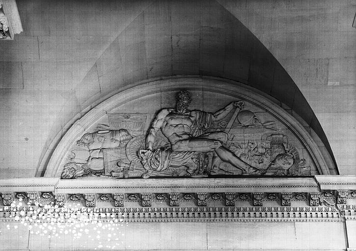 Escalier nord de la colonnade, bas-relief de la lunette (mur ouest côté gauche) : Vulcain