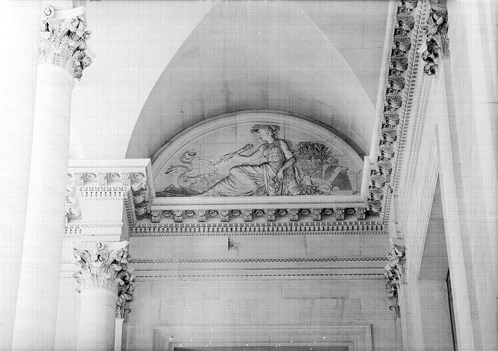 Escalier nord de la colonnade, bas-relief de la lunette (mur sud à droite) : Cérès