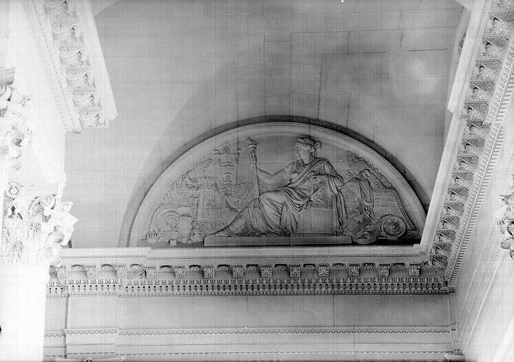 Escalier nord de la colonnade, bas-relief de la lunette : Junon