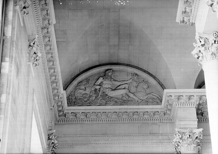 Escalier nord de la colonnade, bas-relief de la lunette : Neptune