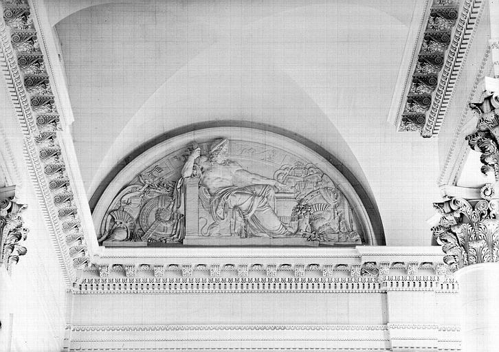 Escalier nord de la colonnade, bas-relief de la lunette (mur nord à gauche) : Jupiter