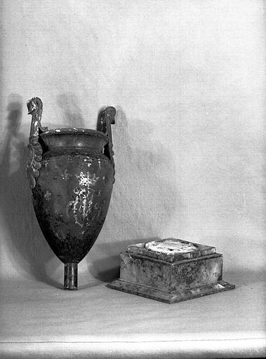 Urne de tôle et bronze fleurdelysée et dorée (Duchesse de Berry)