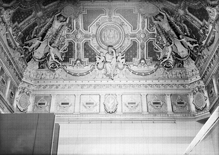 Salon carré, plafond côté est : Composition allégorique en l'honneur de Jean Goujon, la Sculpture (médaillon central)