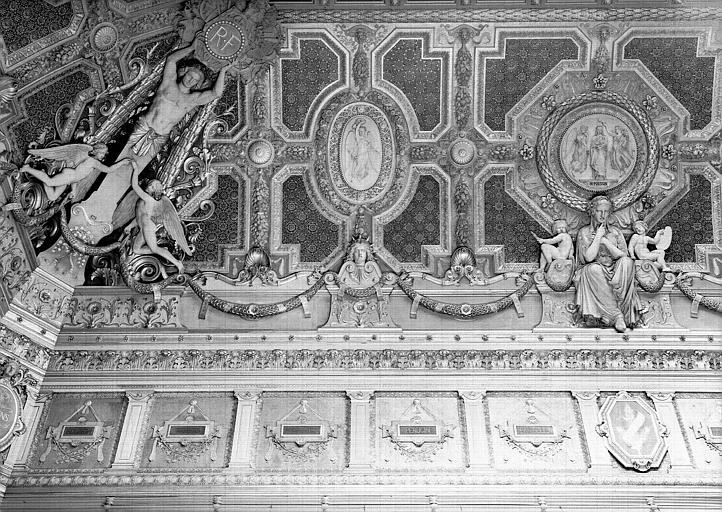 Salon carré, plafond côté sud : Composition allégorique en l'honneur de Poussin : La Peinture (médaillon en partie gauche)