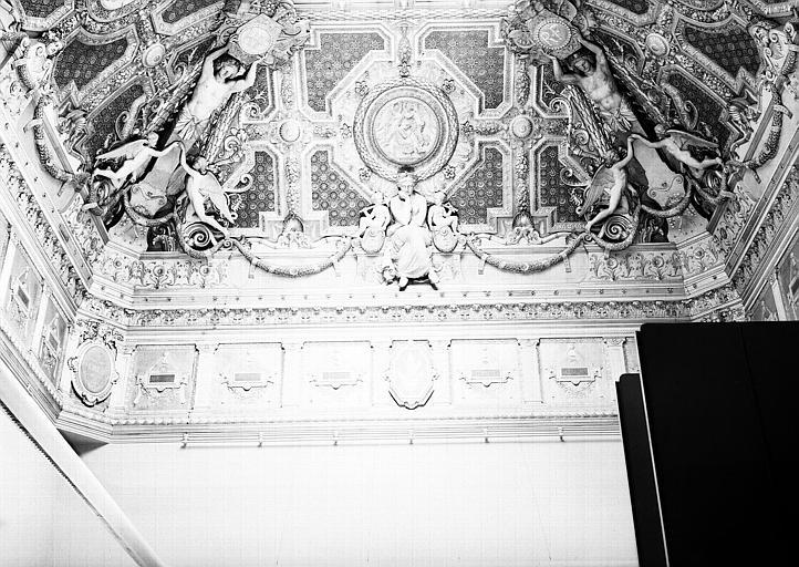 Salon carré, plafond côté ouest : Composition allégorique en l'honneur de Pierre Lescot : L'Architecture (médaillon central)