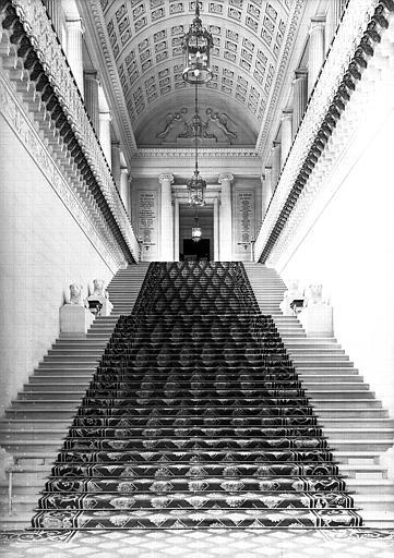 Grand escalier  vu du rez-de-chaussée vers le 1e étage
