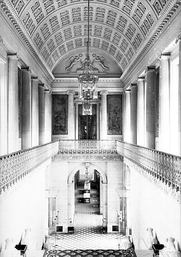 Grand escalier vu du palier du 1e étage vers le rez-de-chaussée