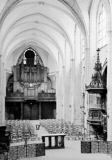 Vue intérieure de la nef vers le buffet d'orgues