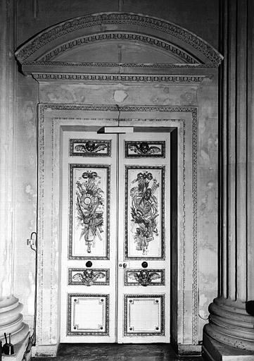Porte située à gauche du maître-autel de la chapelle
