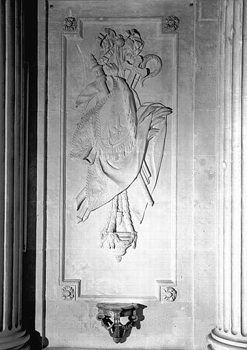 Bas-relief situé à gauche du maître-autel de la chapelle : Trophée religieux