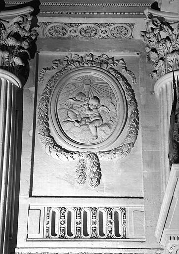 Bas-relief situé à gauche du maître-autel de la chapelle, à hauteur des tribunes : Deux anges portant le saint Sacrement