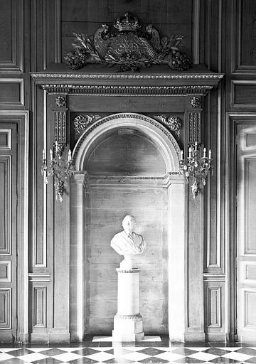 Salle des Gardes : Niche comprenant un buste