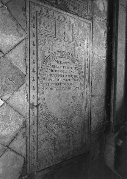 Dalle funéraire de Medard Vernet, prêtre de Mende, chanoine de Meaux, mort en 1671
