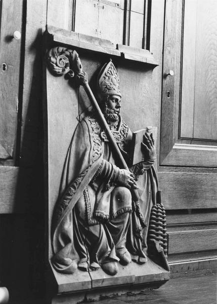 Haut-relief : Saint évêque assis