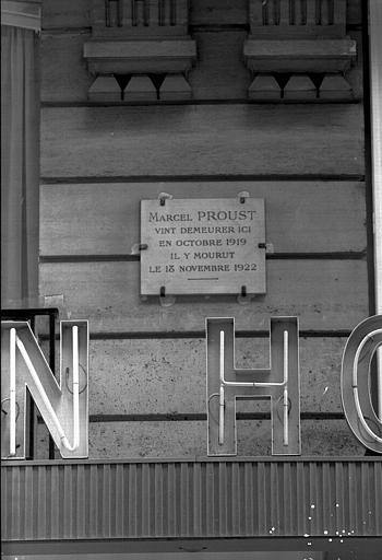Plaque de marbre signalant la maison ou mourut Marcel Proust