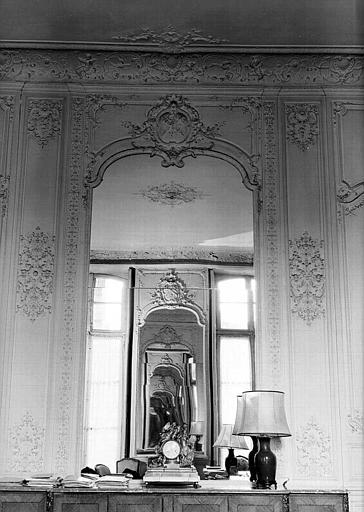 Salon Louis XV au rez-de-chaussée : Lambris et cadre de miroir