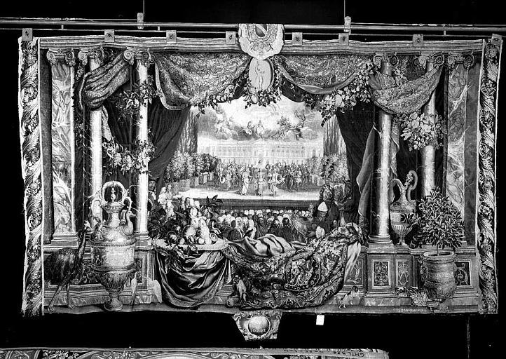 Tapisserie, tenture des Mois ou des Maisons royales : Le mois de janvier et le Louvre (représentation d'opéra devant la colonnade)