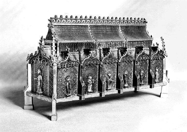 Châsse reliquaire de sainte Marguerite en cuivre et argent : Statues de saint Hubert au pignon et des apôtres sur le long côté