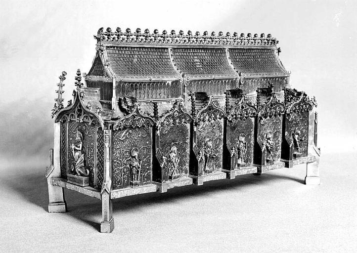 Châsse reliquaire de sainte Marguerite en cuivre et argent : Statues de sainte Marguerite au pignon et des apôtres sur le long côté