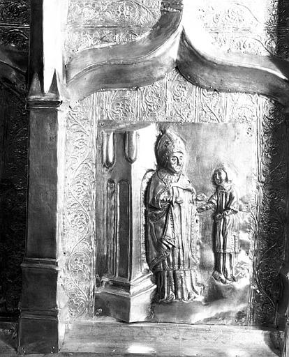 Châsse de saint Hilaire en argent : Plaque d'applique centrale avec un évêque