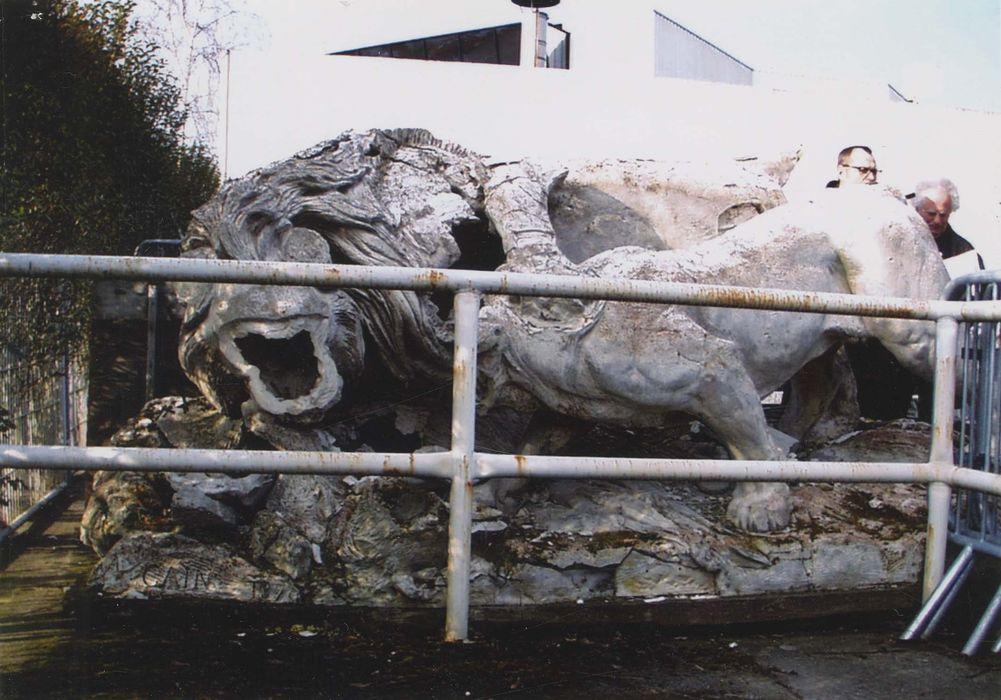 groupe sculpté : Lion et lionne se disputant un sanglier