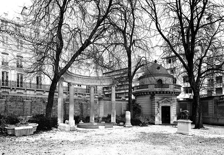 Jardin, au coin de la rue Berryer et de la rue Balzac