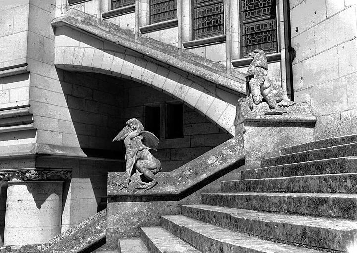 Escalier du pavillon nord-est de la cour : Deux bêtes d'amortissement