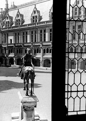 Statue équestre de Louis d'Orléans, vue de dos dans la cour