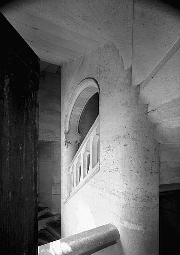 Escalier (à l'angle de la salle des Preuses et du bâtiment dit du Casernement)