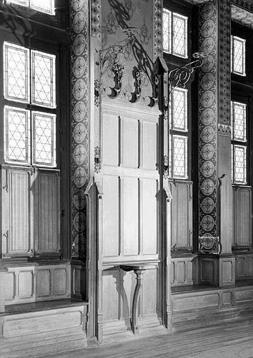 Salle des Preuses : Lambris d'entre-fenêtre et console du mur sud-est