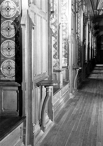 Salle des Preuses : Vue du mur sud-est, enfilade des lambris et consoles