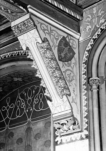 Grande salle du donjon au 1e étage : Corbeau supportant une poutre-maîtresse