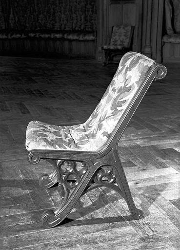 Chaise vue de profil (grande salle du donjon au 1e étage)