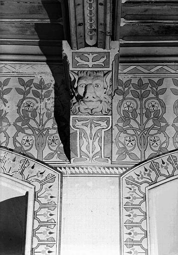 Donjon : Corbeau soutenant une poutre du plafond de la chambre