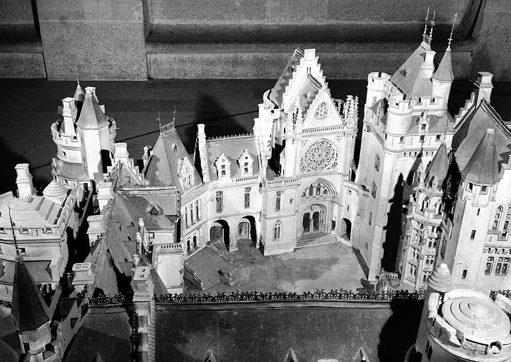 Maquette du château : Cour intérieure, perron, chapelle et donjon