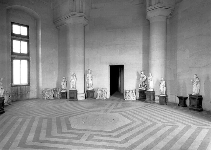 Dépôt lapidaire et labyrinthe peint au sol