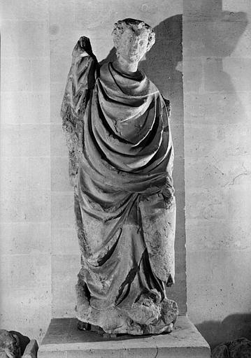 Statue en pierre de saint Michel provenant de la poterne des provisions (Salle des gardes)