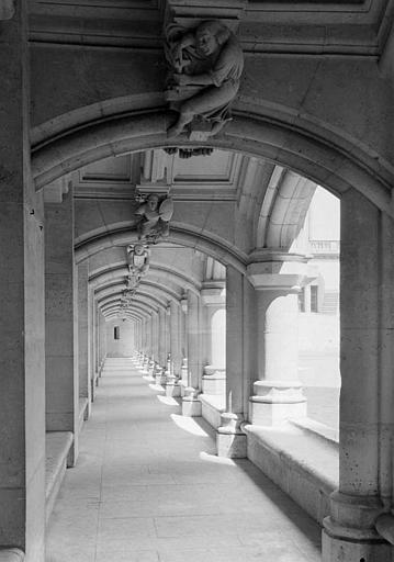 Bâtiment de la salle des Preuses : Vue intérieure de la galerie donnant sur la cour