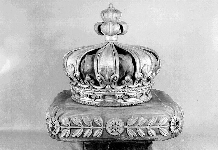 Couronne et coussin en bois sculpté polychrome pour le catafalque des funérailles de Louis XVIII