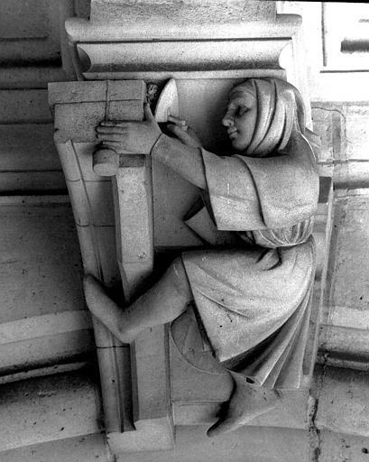 Clef de voûte de la galerie du rez-de-chaussée : Un maçon