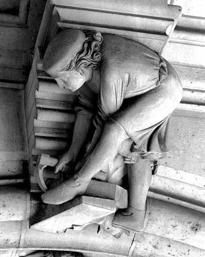 Clef de voûte de la galerie du rez-de-chaussée : Un charpentier