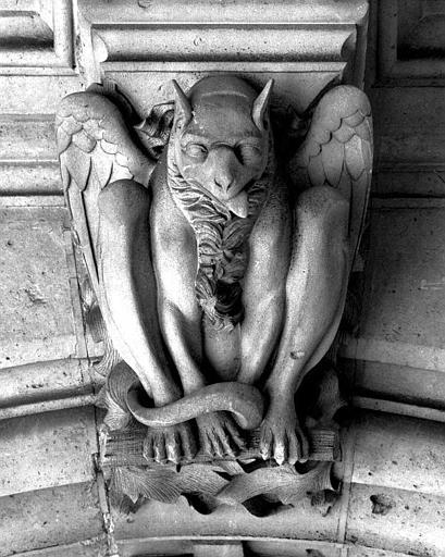Clef de voûte de la galerie du rez-de-chaussée ornée d'un animal grotesque