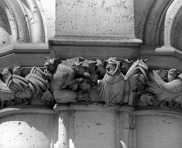 Chapiteau de la galerie basse du bâtiment dit des Preuses : Scène du Roman de Renart ?